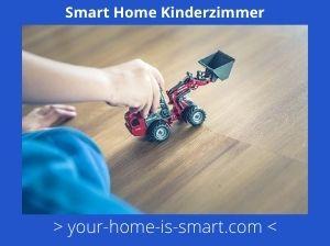 Kind, das mit einem Traktor spielt in einem Smart Home Kinderzimmer